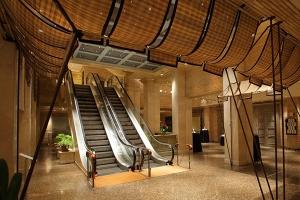 Acceso para invitados por escaleras mecánicas