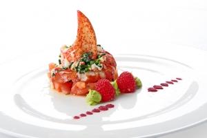 Ensalada de bogavante con frambuesas de emplatado minimalista para banquete