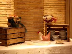 Vajilla para banquete con decoración en forma de gallina para ambiente acogedor y rústico