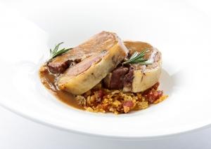 Paletilla de ternasco a baja temperatura con migas de pastor, requesón y jugo de su asado