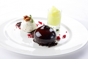 Planeta de chocolate con crumble de yogurt, digestivo y helado artesano