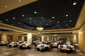 Salón para banquete nupcial con techo estrellado y luz cálida en gran plano general