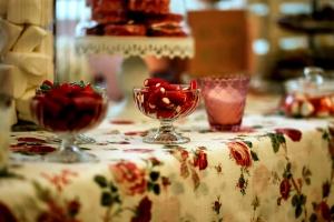 Mantel de calidad en color blanco con estampado de rosas rojas bajo copas para entrantes